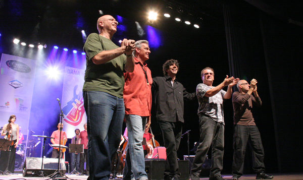 Marcelo Galbetti, Claus Petersen, Tiago Flores, Wandy Doratiotto, Mario Manga e Orquestra da Ulbra - Foto: Marcos Massa