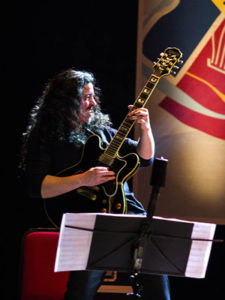 Angelo Primon: um gigante na guitarra - Foto: Fernanda Chemale