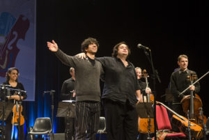 Maestro e solista agradecem os aplausos - Foto: Fernanda Chemale