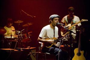 Com parte da banda: Douglas, Rodrigo e Qai-fi. Imagem: Ding Musa