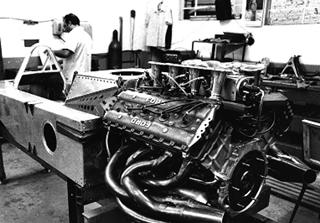 Monocoque com detalhe do motor DVF Cosworth V8. Imagem: acervo Lemyr Martins