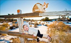 Sua filha Amaya e o seu gato Deucey -Mojave Desert. Imagem: Mike Hill