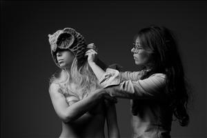 Helen ajusta a cabeça de coruja criada para a Ellus. Imagem: Eduardo Carneiro