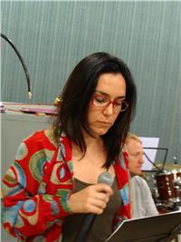 Adriana Deffenti estuda a letra. Imagem: Manuela Colla