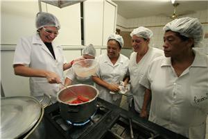 Alegria e aprendizado na cozinha. Imagem: Marcos Massa