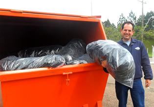 Ricardo inspeciona pessoalmente a caçamba com resíduos. Imagem: acervo Dana