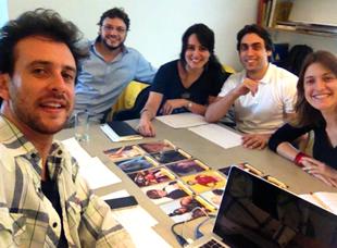 """Priscila Martoni (centro) e a equipe """"Entre Mundos"""". Imagem: Anderson Capuano"""