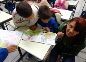 Leitura e curiosidade em sala de aula Imagem: acervo ACER