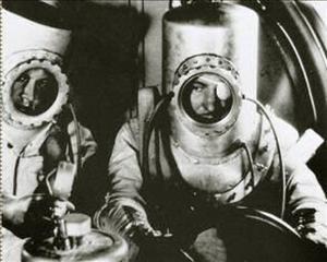 """Russell S. Colley (à direita), o """"Calvin Klein do espaço"""". Imagem: Divulgação"""