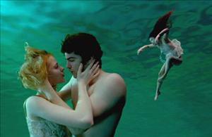 """Jude e Lucy na cena de """"Because"""", com Prudence. Imagem: Reprodução"""